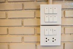 Выключатель затемнения и выключатель на коммутаторе Над кирпичной стеной Стоковая Фотография
