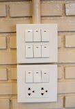 Выключатель затемнения и выключатель на коммутаторе Над кирпичной стеной Стоковые Фото