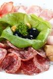 вылечено режущ сосиску мяса стоковая фотография