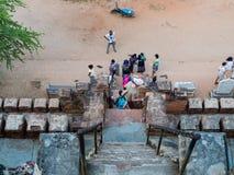 Вымачивайте лестницы для того чтобы пойти вниз от пагоды Shwesandaw Стоковые Фото