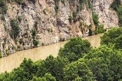 Вымачивайте скалистый речной берег Рекы Kura в Тбилиси, Georgia Стоковые Фото