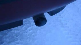 Вымотайте приходить вне от выхлопной трубы на бездельничая припаркованном автомобиле сток-видео