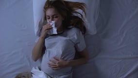 Вымотанная беременная женская страдая тошнота, обтирая рот с тканью, слабость сток-видео