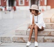 Вымотанная бразильская девушка sittiong на шаге внешнем Стоковое Изображение RF