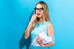 Вымотанная женщина офиса с стогом документов Стоковые Изображения