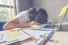 Вымотанная женщина падает уснувший на неорганизованном рабочем месте на времени обеда стоковые изображения