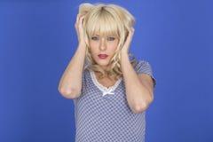 Вымотанная инсомния развратности сна ночи расстроенной сердитой молодой женщины бессонная Стоковое фото RF