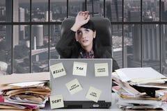 Вымотанная коммерсантка перегружая в офисе Стоковое фото RF