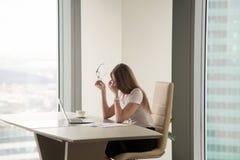 Вымотанная коммерсантка сидя на офисе Стоковое Изображение RF