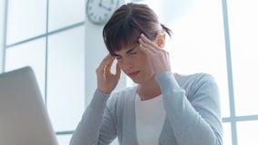 Вымотанная коммерсантка с головной болью Стоковые Фотографии RF