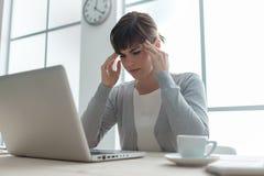 Вымотанная коммерсантка с головной болью Стоковая Фотография