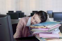 Вымотанная коммерсантка с документами в офисе Стоковое Фото