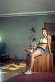 Вымотанная питьевая вода девушки спортзала Стоковое Изображение RF