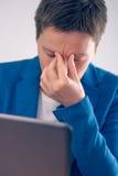 Вымотанное дополнительное время коммерсантки работая на comput компьтер-книжки офиса Стоковое Изображение RF