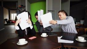 Вымотанные работники дурачков компании, женщины и мужчины и не делают w Стоковое фото RF