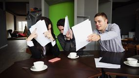 Вымотанные работники дурачков компании, женщины и мужчины и не делают w Стоковые Фото