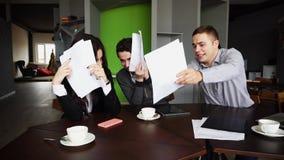 Вымотанные работники дурачков компании, женщины и мужчины и не делают w Стоковая Фотография RF