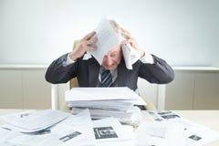 Вымотанный бизнесмен обернутый вверх в работе стоковые изображения rf