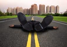 вымотанный бизнесмен утомлянным Стоковое Фото