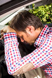 Вымотанный водитель отдыхая на рулевом колесе стоковое изображение rf