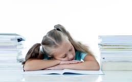 Вымотанный падать школьницы уснувший на ее книгах после изучать слишком много стоковые изображения rf