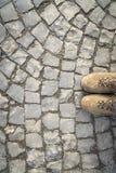 Вымощая камни с ботинками Стоковые Фотографии RF
