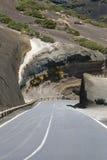 Вымощенная дорога через дезертированный вулканический ландшафт на Тенерифе, Испании Стоковое Фото