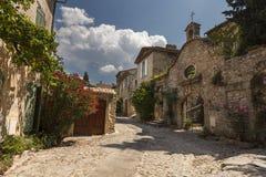 Вымощенная улица в деревне Vaison-Ла-Romaine, Провансали стоковое изображение