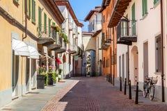 Вымощенная улица в Alba, Италия Стоковое Изображение RF