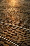 вымощенный prague прокладывает рельсы трам захода солнца улицы Стоковое Изображение RF