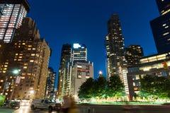 Выносливость shooying на улице ночи Нью-Йорка стоковые изображения