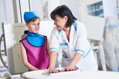 Вынянчите ассистента с рентгенографированием подготавливать или рентгеновского снимка мальчика Стоковое фото RF