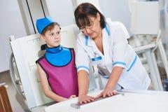 Вынянчите ассистента с рентгенографированием подготавливать или рентгеновского снимка мальчика Стоковые Изображения