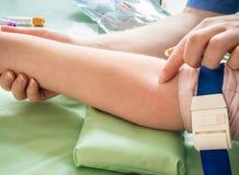 Вынянчите брать пробу крови от вены ребенка Стоковые Фотографии RF