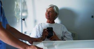 Вынянчите еду сервировки к женскому старшему пациенту видеоматериал