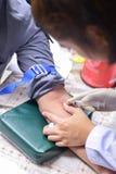 Вынянчите принимать пробе крови для испытания здоровье Стоковые Фото