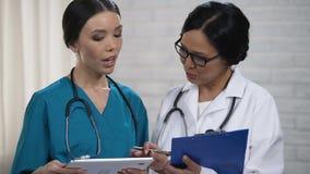 Вынянчите проверять данные в таблетке, говорящ при доктор, обсуждая диагноз видеоматериал