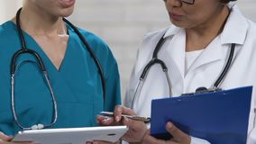 Вынянчите проверять информацию на таблетке, говорящ при доктор, обсуждая диагноз видеоматериал