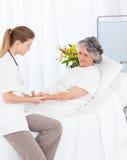 Вынянчьте одевать в потек рукоятка ее пациента Стоковое Изображение