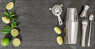 Выпейте делать инструменты и ингридиенты для мяты известки коктеиля Стоковые Изображения RF