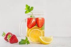 Выпейте с лимоном и мятой клубники на белизне Стоковое Изображение