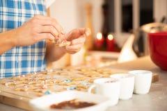 Выпечка женщины в рождестве кухни стоковые фотографии rf