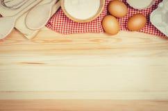 Выпечка или взгляд сверху ингридиентов пиццы на деревянной предпосылке Стоковые Фотографии RF