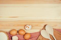Выпечка или взгляд сверху ингридиентов пиццы на деревянной предпосылке Стоковые Изображения RF