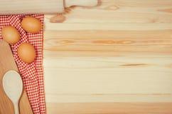 Выпечка или взгляд сверху ингридиентов пиццы на деревянной предпосылке Стоковая Фотография