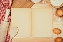 Выпечка или взгляд сверху ингридиентов пиццы на деревянной предпосылке Стоковое Изображение RF