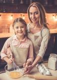 Выпечка матери и дочи стоковое изображение