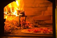 Выпечка пиццы в печи ой древесиной Стоковое Изображение RF