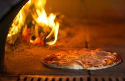 Выпечка пиццы в традиционной каменной печи Стоковые Изображения