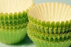 выпечка придает форму чашки зеленая бумага Стоковые Фотографии RF
